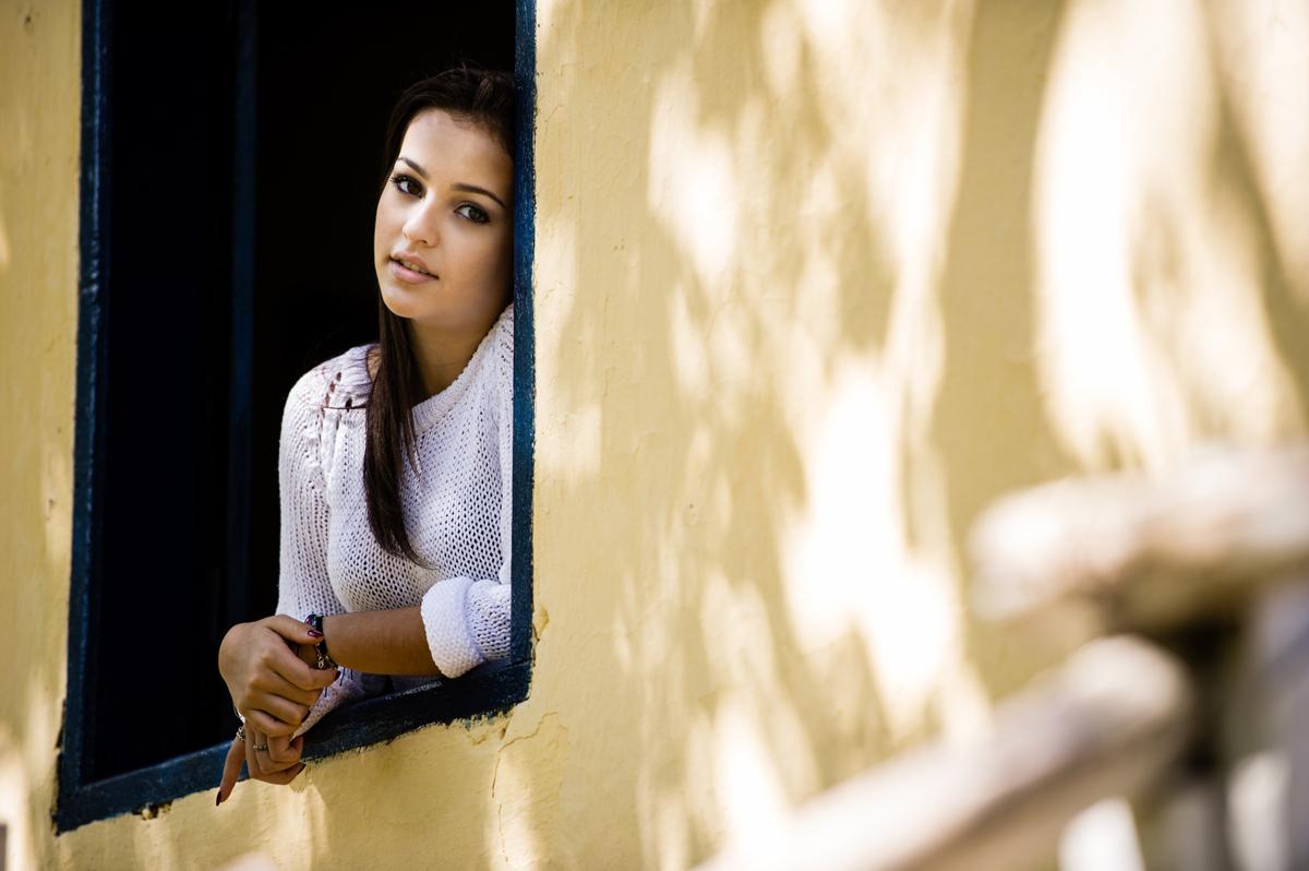 foto de debutante na janela da fazenda