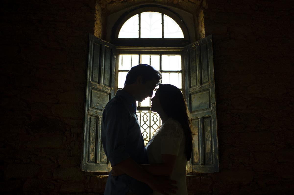 silhueta dos noivos frente a janela
