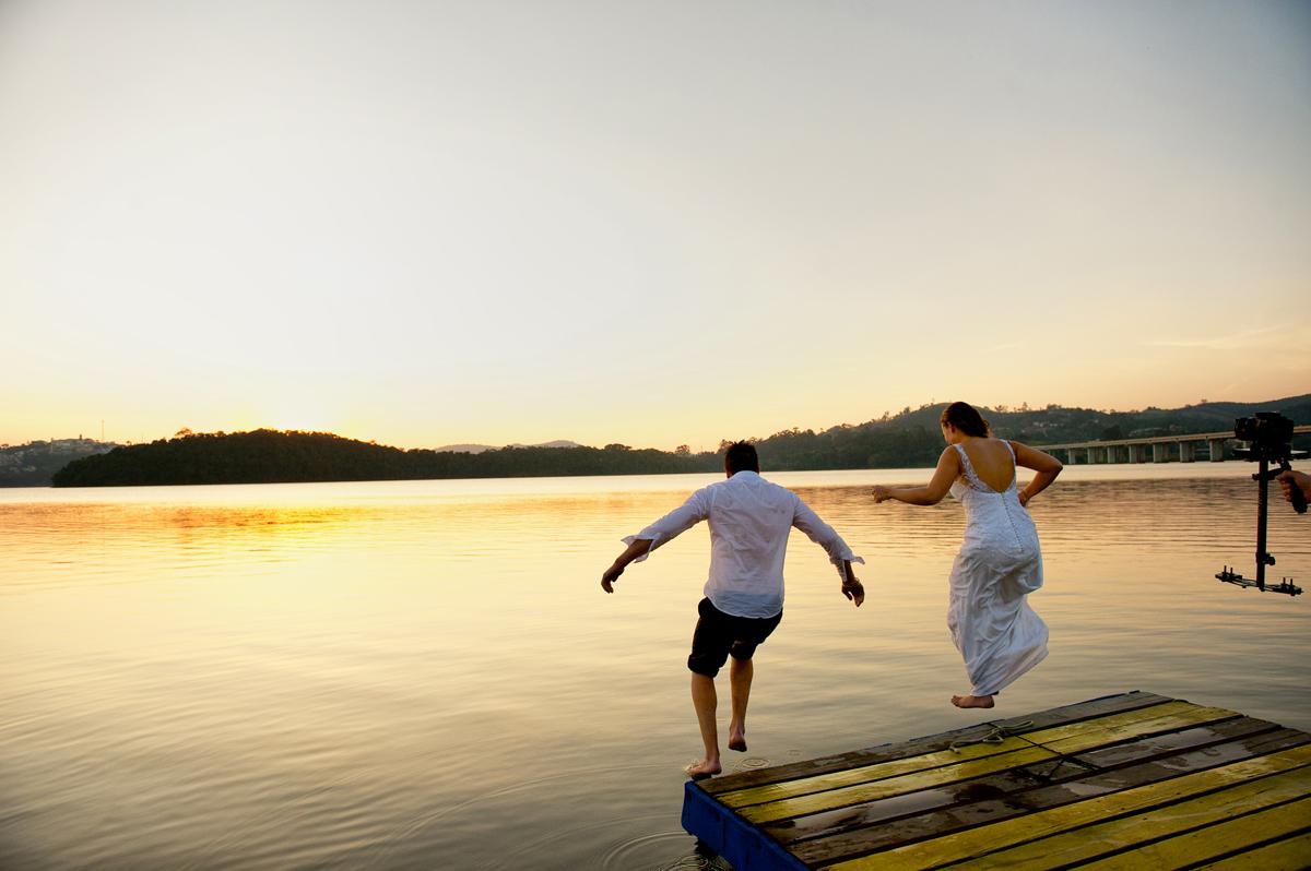 noivos pulam na água gelada
