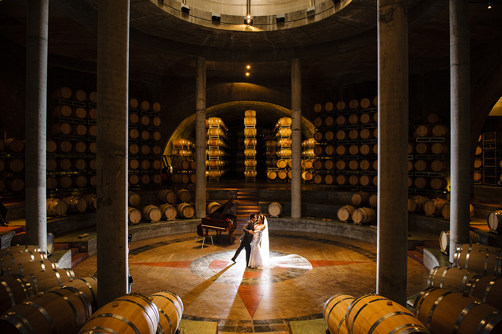 noivos dançam em meio aos vinhos
