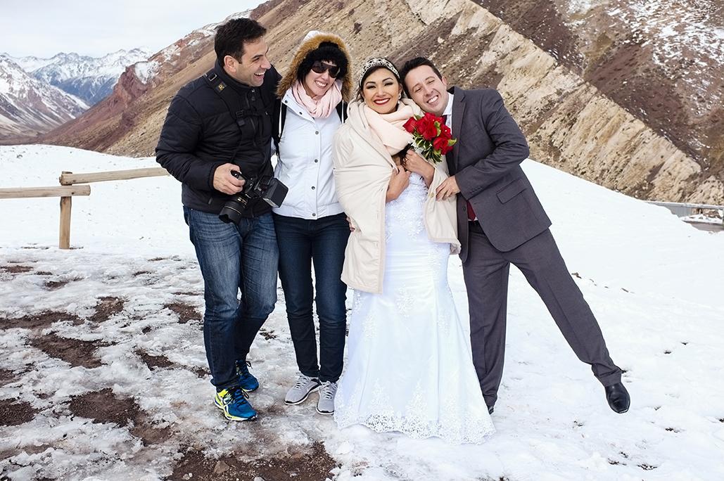 Equipe de fotógrafos e noivos