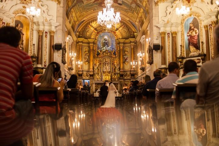 foto diferente com os noivos no altar