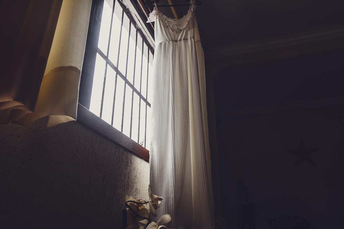 vestido da noiva na janela