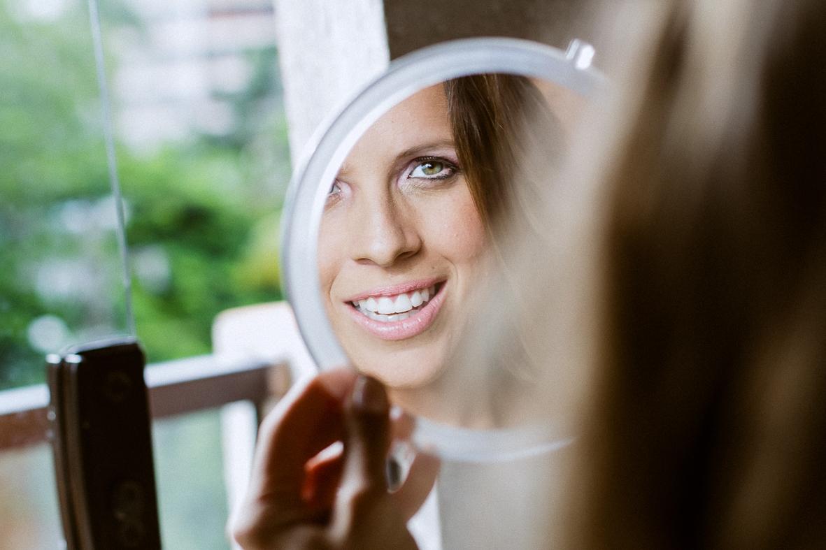 noiva linda se olhando no espelho