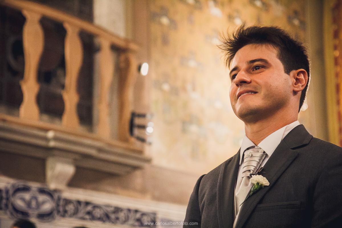 noivo chorando com a entrada da noiva