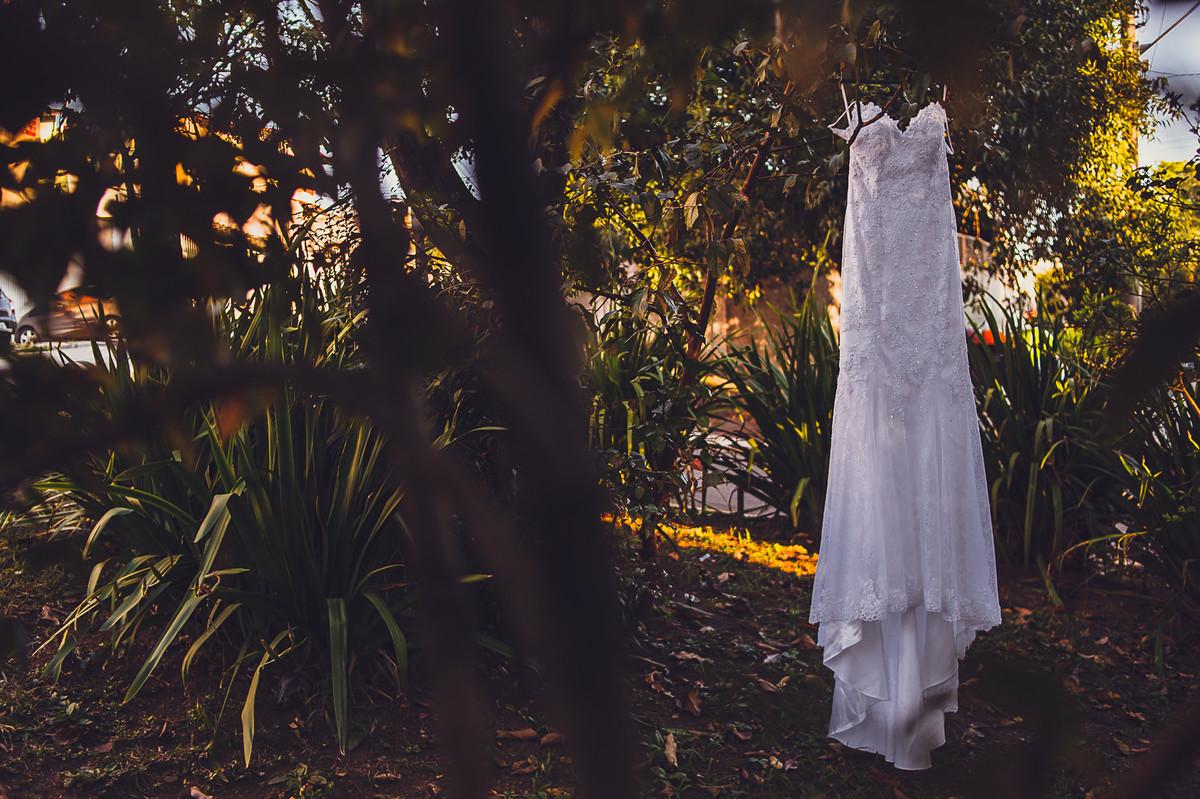 vestido da noiva na árvore