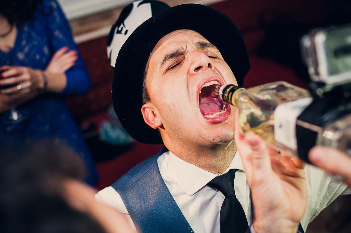 noivo tomando tequila na boca da garrafa