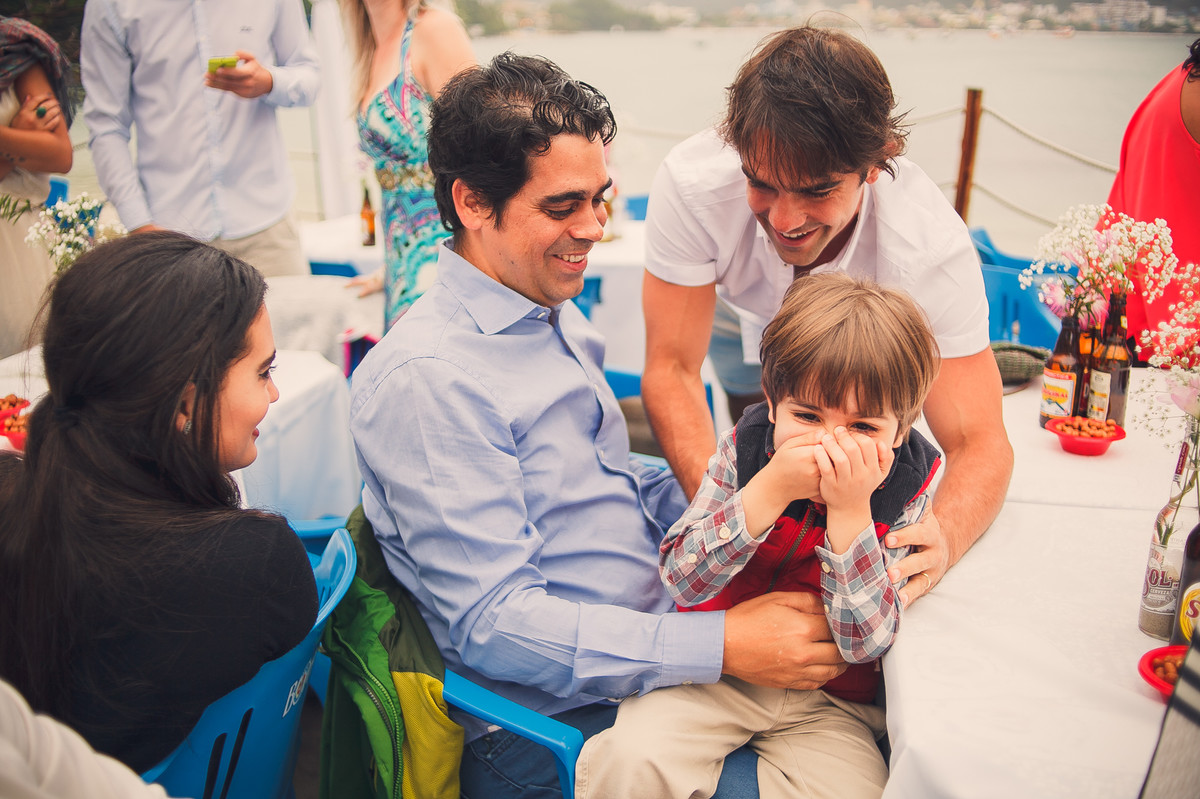 garotinho dando risada em casamento