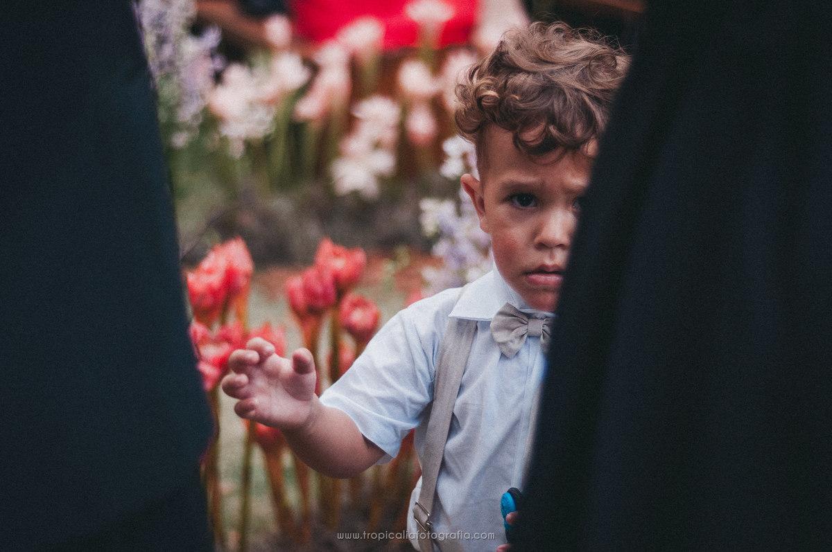 Casamento no Rio de Janeiro. Fotógrafo de casamento em Nova Friburgo. Foto de criança se escondendo entre os convidados