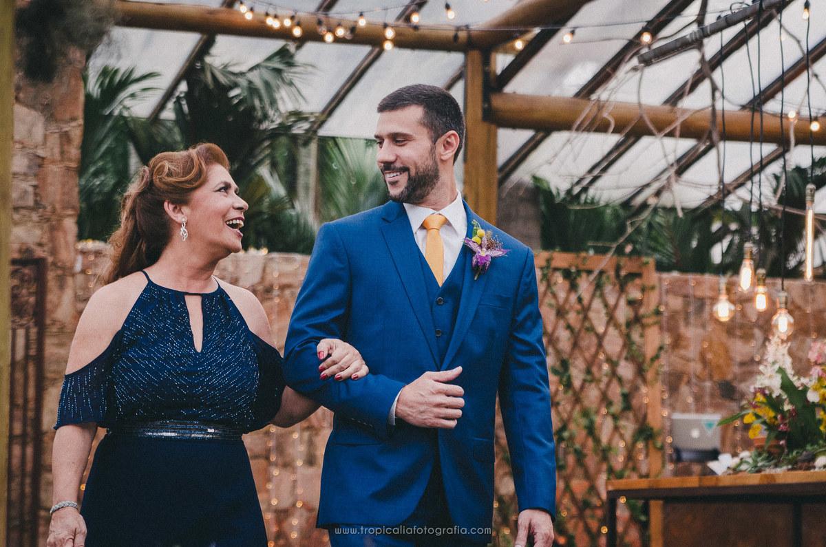 Casamento no Rio de Janeiro. Fotógrafo de casamento em Nova Friburgo. Foto do noivo entrando com a mãe na cerimônia
