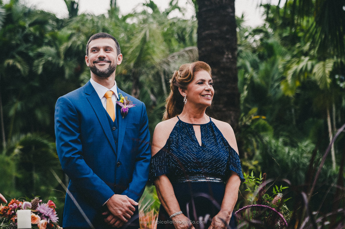 Casamento no Rio de Janeiro. Fotógrafo de casamento em Nova Friburgo. Foto do noivo no altas com sua mãe aguardando a entrada da noiva