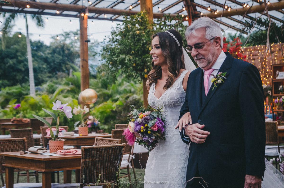 Casamento no Rio de Janeiro. Fotógrafo de casamento em Nova Friburgo. Foto da noiva entrando com o pai na cerimônia