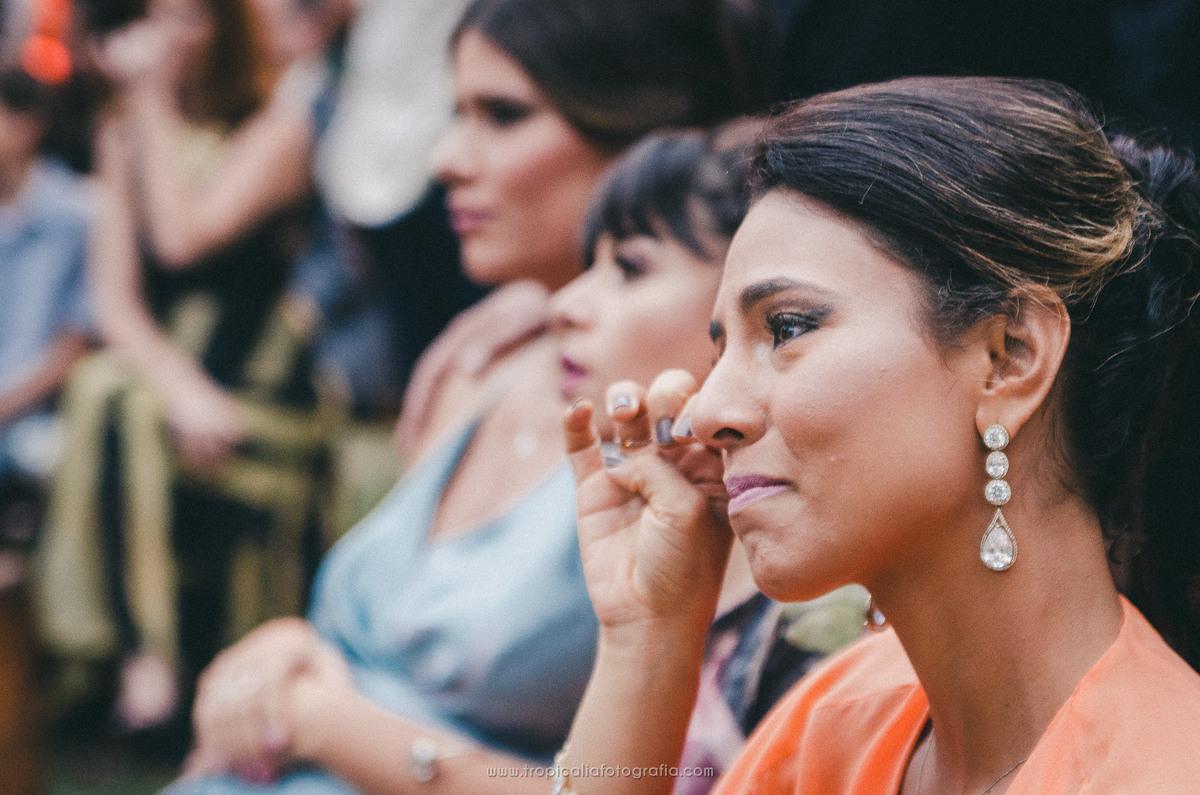 Casamento no Rio de Janeiro. Fotógrafo de casamento em Nova Friburgo. Foto da convidada do casamento emocionada