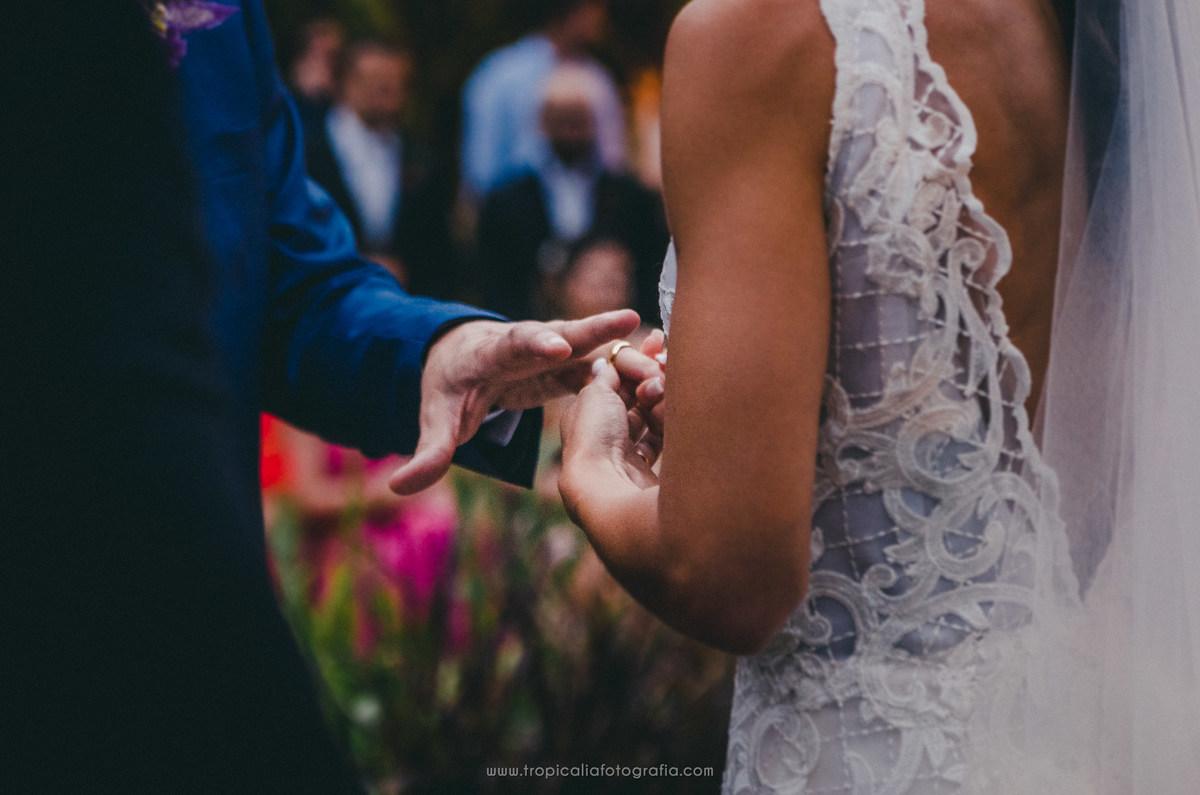 Casamento no Rio de Janeiro. Fotógrafo de casamento em Nova Friburgo. Foto da noiva colocando a aliança no noivo