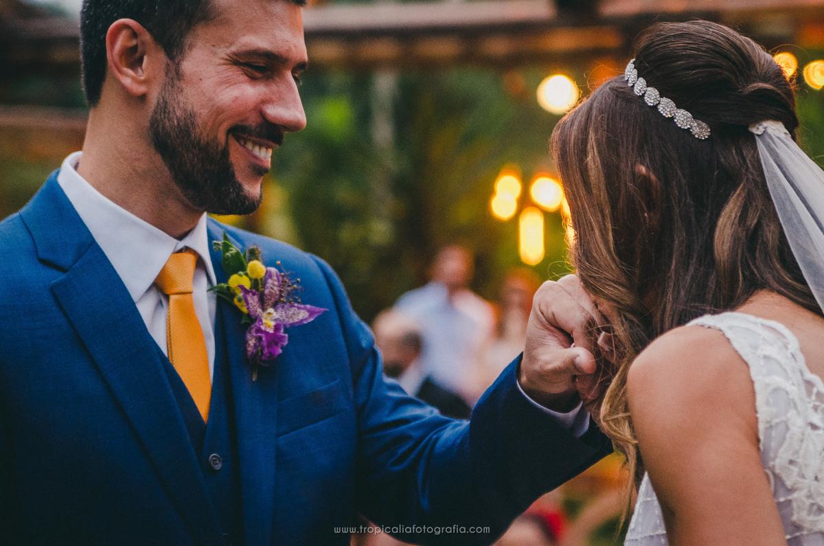 Casamento no Rio de Janeiro. Fotógrafo de casamento em Nova Friburgo. Foto da noiva beijando a mão do noivo após colocar a aliança