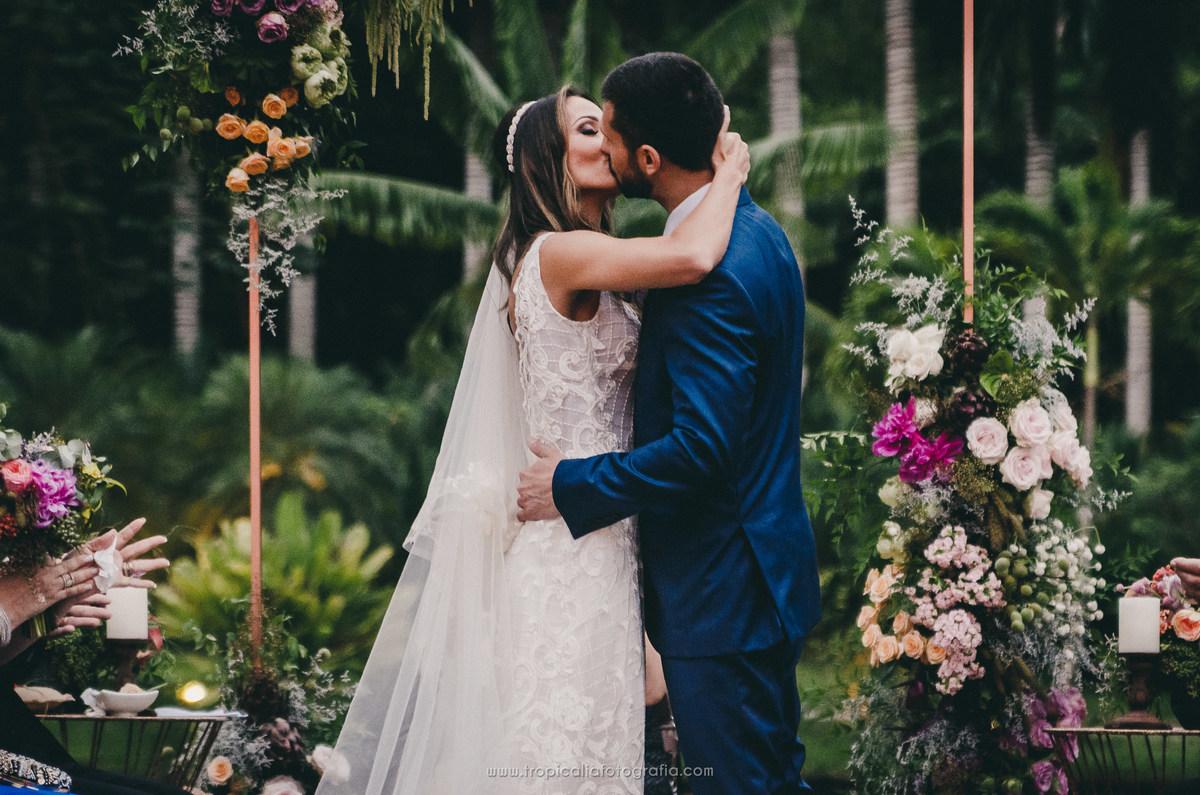 Casamento no Rio de Janeiro. Fotógrafo de casamento em Nova Friburgo. Foto do beijo dos noivos depois do sim