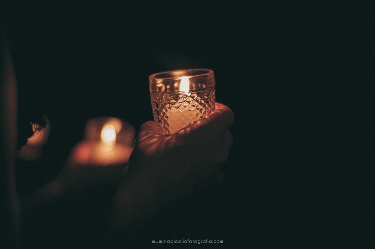 Casamento no Rio de Janeiro. Fotógrafo de casamento em Nova Friburgo. Foto de velas dentro de copos de vidro segurada pelos convidados