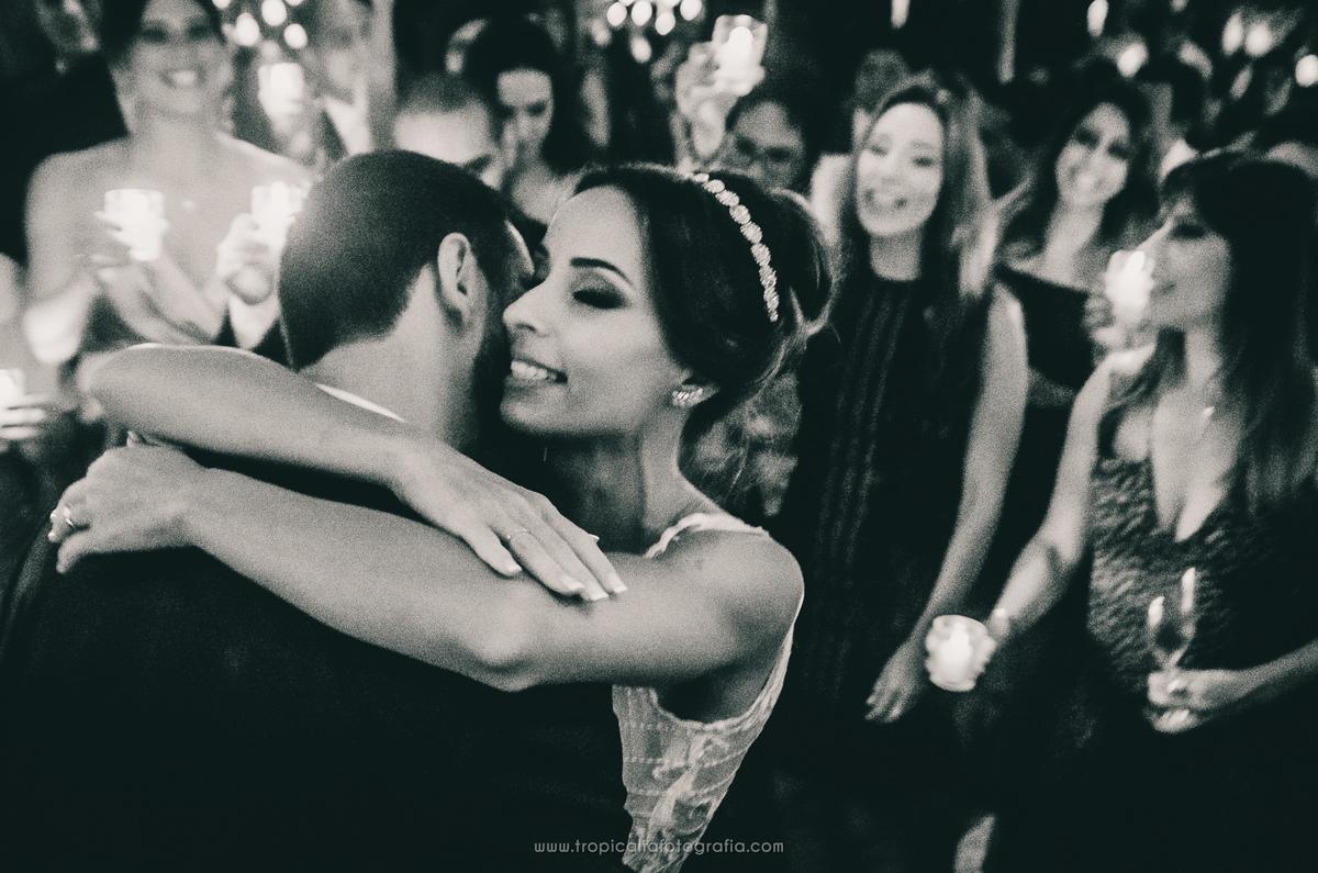 Casamento no Rio de Janeiro. Fotógrafo de casamento em Nova Friburgo. Foto em preto e brando da primeira dança dos noivos, mostrando os convidados no fundo
