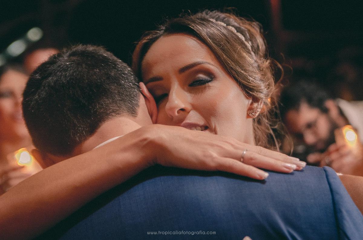 Casamento no Rio de Janeiro. Fotógrafo de casamento em Nova Friburgo. Foto dos noivos se abraçando durante a primeira dança dos noivos