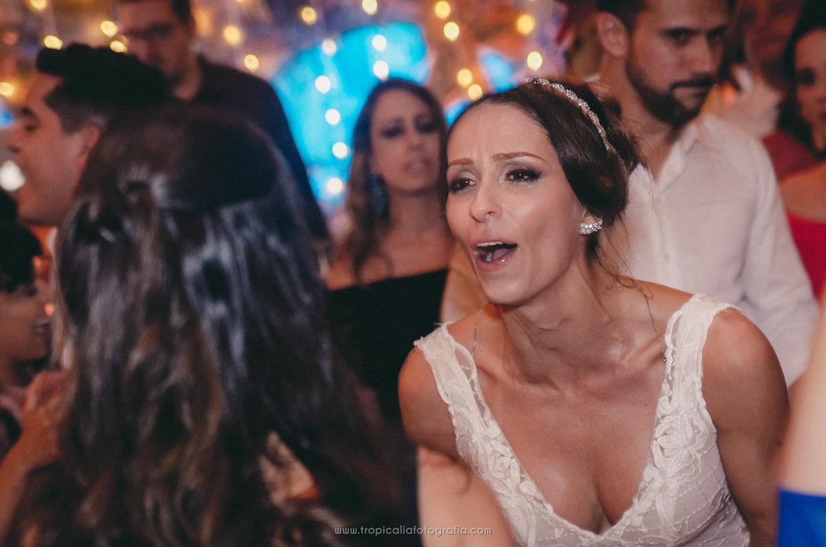 Casamento no Rio de Janeiro. Fotógrafo de casamento em Nova Friburgo. Foto da noiva cantando e se divertindo na festa de casamento
