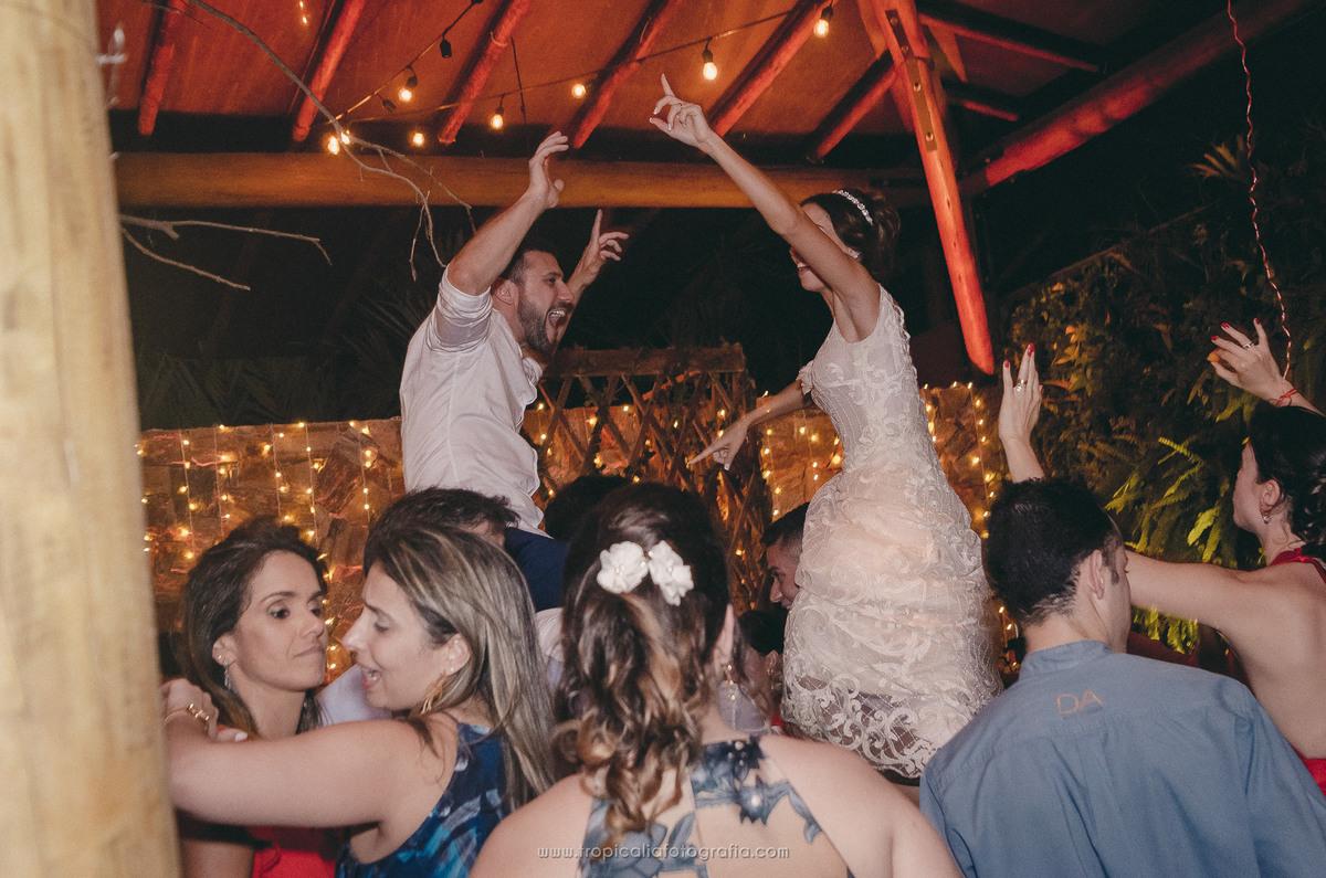 Casamento no Rio de Janeiro. Fotógrafo de casamento em Nova Friburgo. Foto dos convidados levantando os noivos na festa de casamento