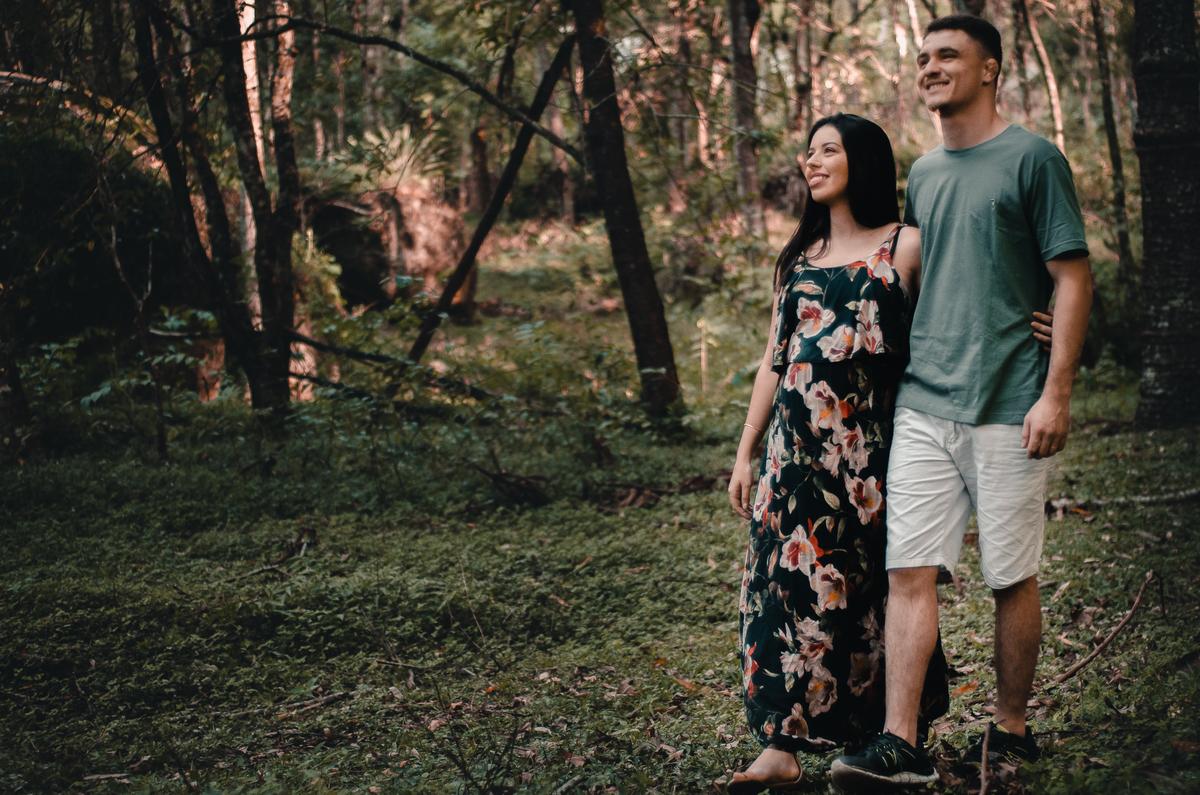 Ensaio de Gestante em Nova Friburgo, foto do casal caminhando juntos