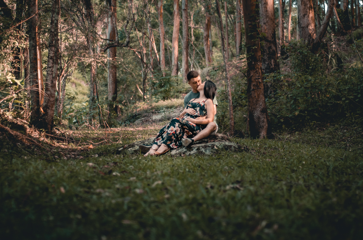 Ensaio de Gestante em Nova Friburgo, foto do casal sentado junto em uma pedra