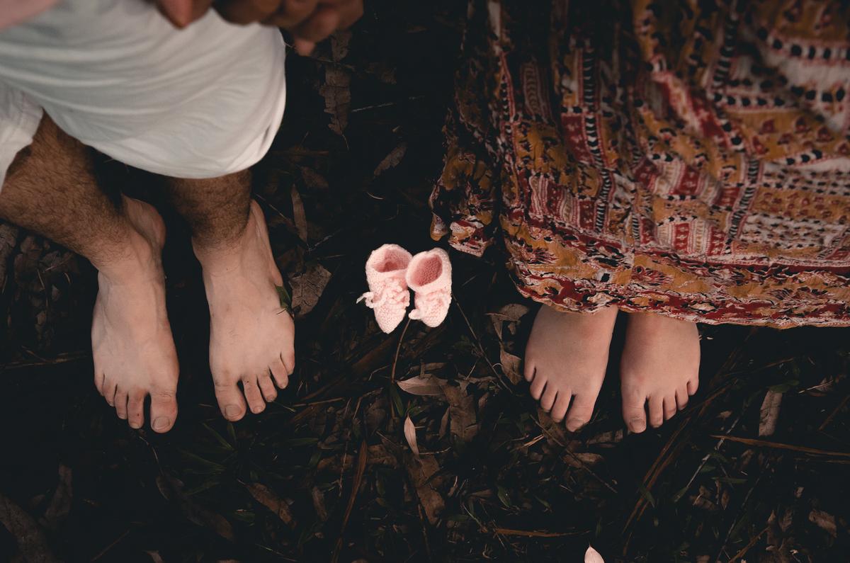 Ensaio de Gestante em Nova Friburgo,  foto conceitual dos pés da gestante e do pai e os sapatinhos o bebê no meio