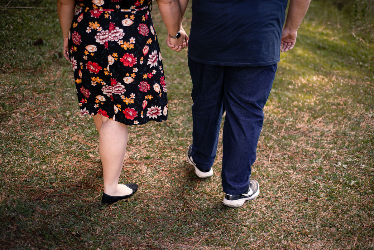 Fotógrafo Nova Friburgo Ensaio de Casal em Nova Friburgo, foto dos pés do casal enquanto caminham de mãos dadas