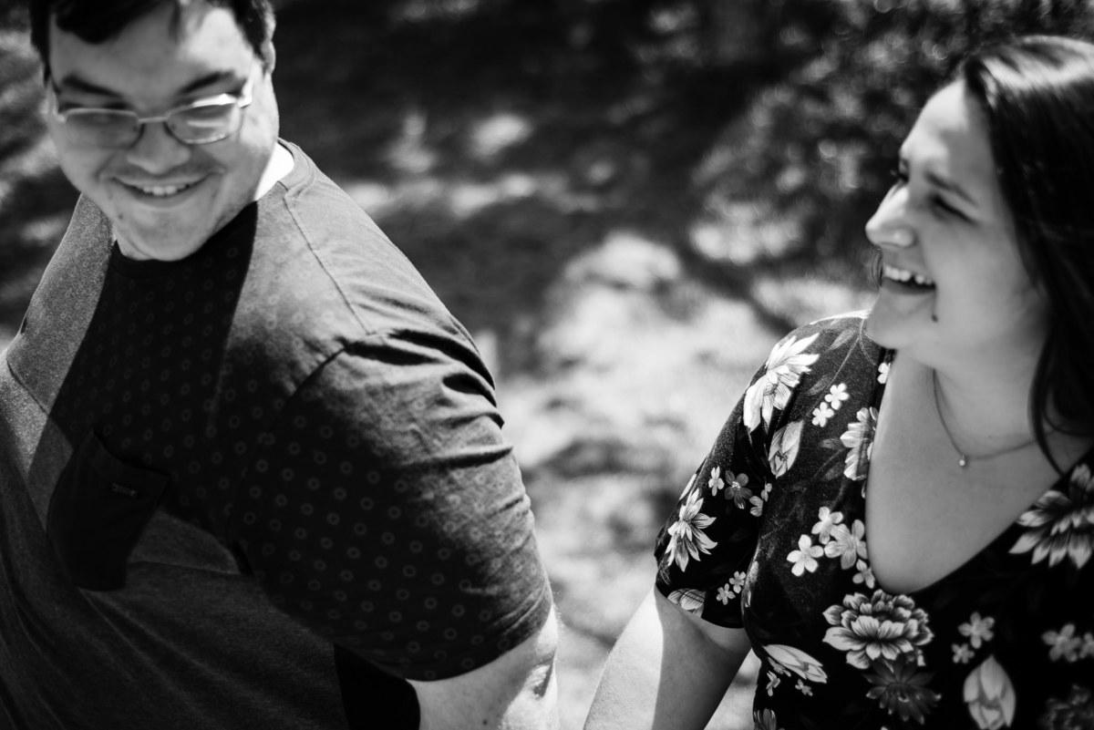 Fotógrafo Nova Friburgo Ensaio de Casal em Nova Friburgo, foto em preto e branco do casal se olhando e sorrindo