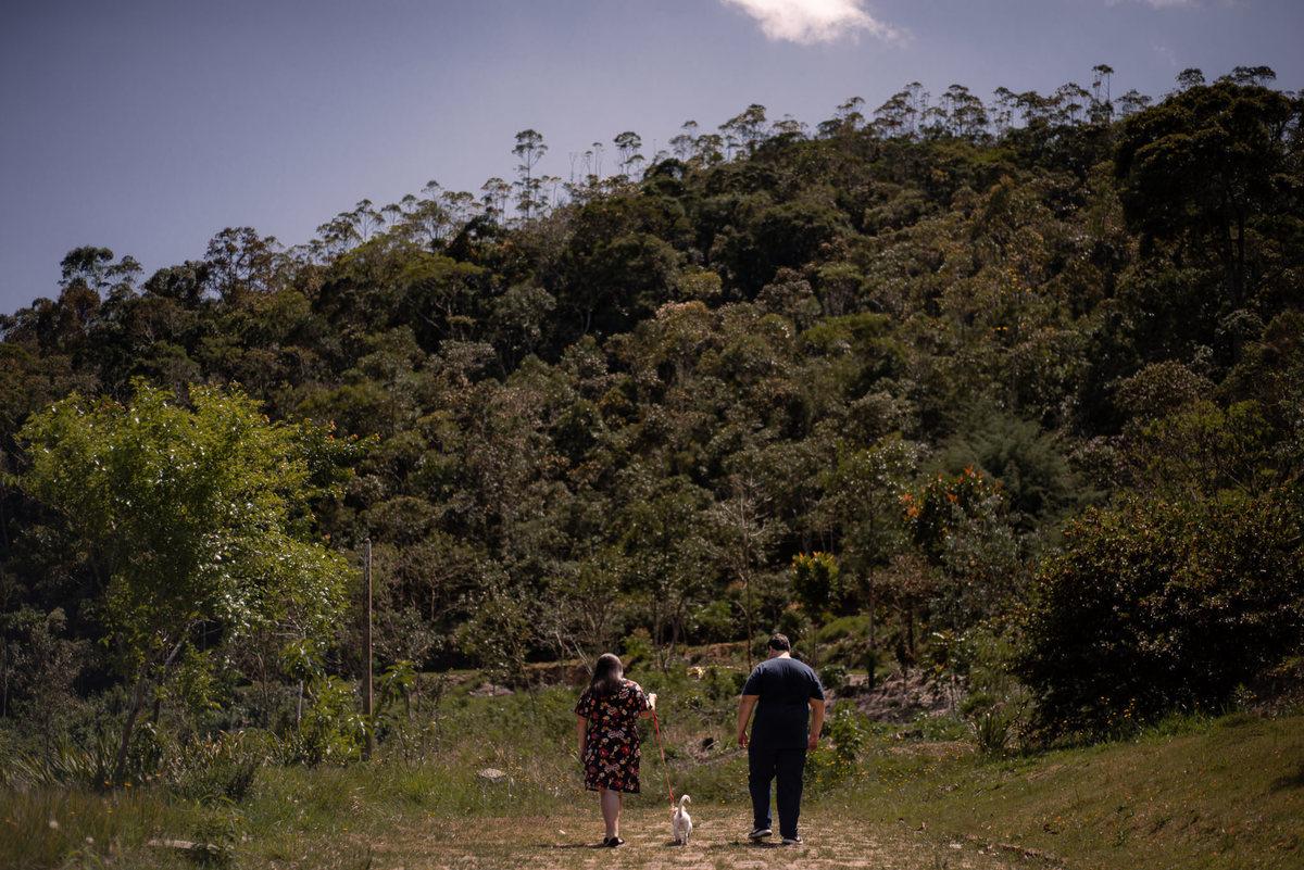 Fotógrafo Nova Friburgo Ensaio de Casal em Nova Friburgo, foto de casal de costas passeando com o cachorro
