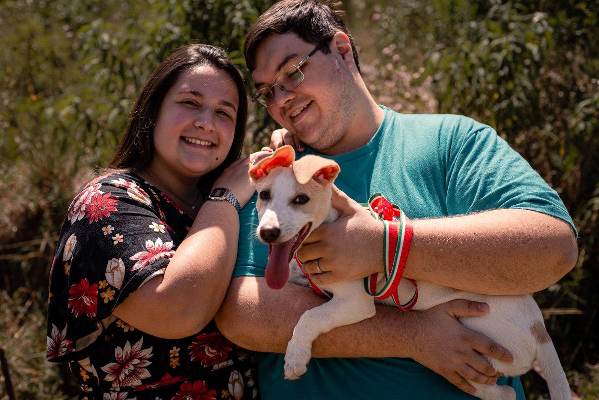 Fotógrafo Nova Friburgo Ensaio de Casal em Nova Friburgo, foto do casal sorrindo segurando um cachorro