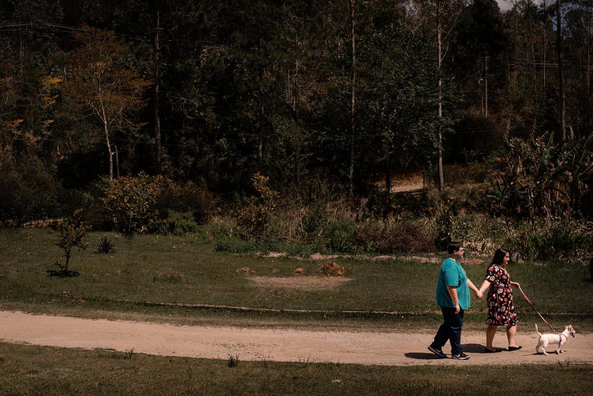 Fotógrafo Nova Friburgo Ensaio de Casal em Nova Friburgo, foto do casal caminhando de mãos dadas, passeando com seu cachorro