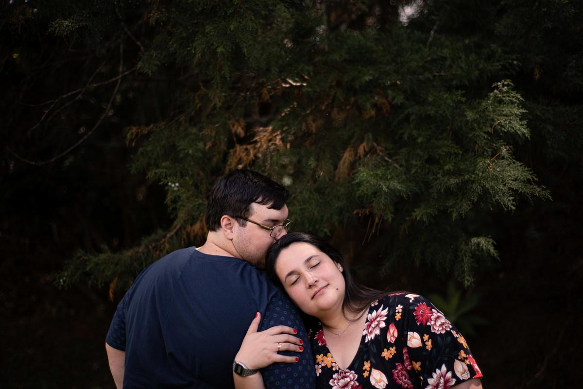 Fotógrafo Nova Friburgo Ensaio de Casal em Nova Friburgo, foto do casal com o homem dando um beijo na cabeça da namorada