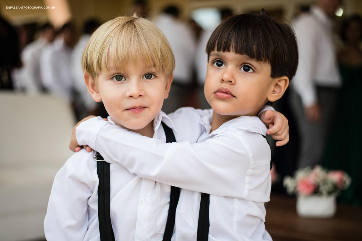 crianças se abraçando