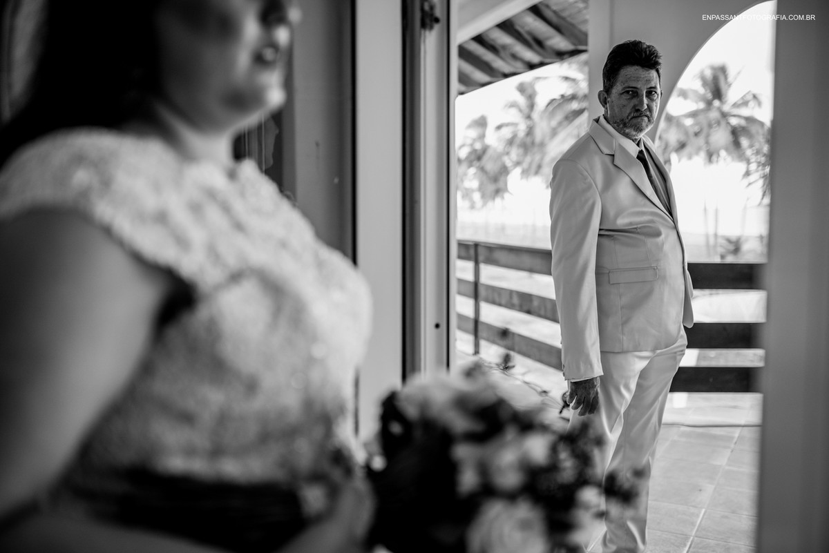 pai olhando a noiva