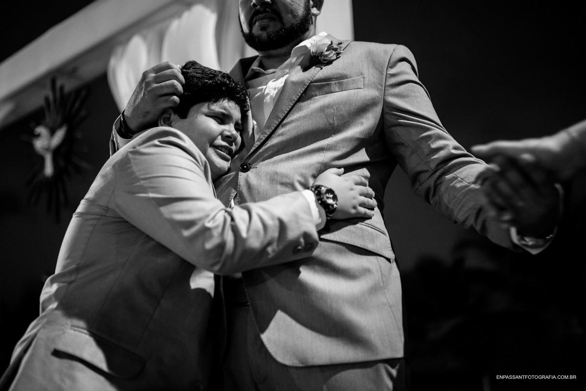 criança chora abraçada com o noivo