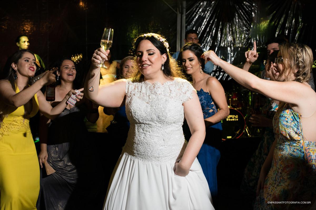 noiva e convidados dançando
