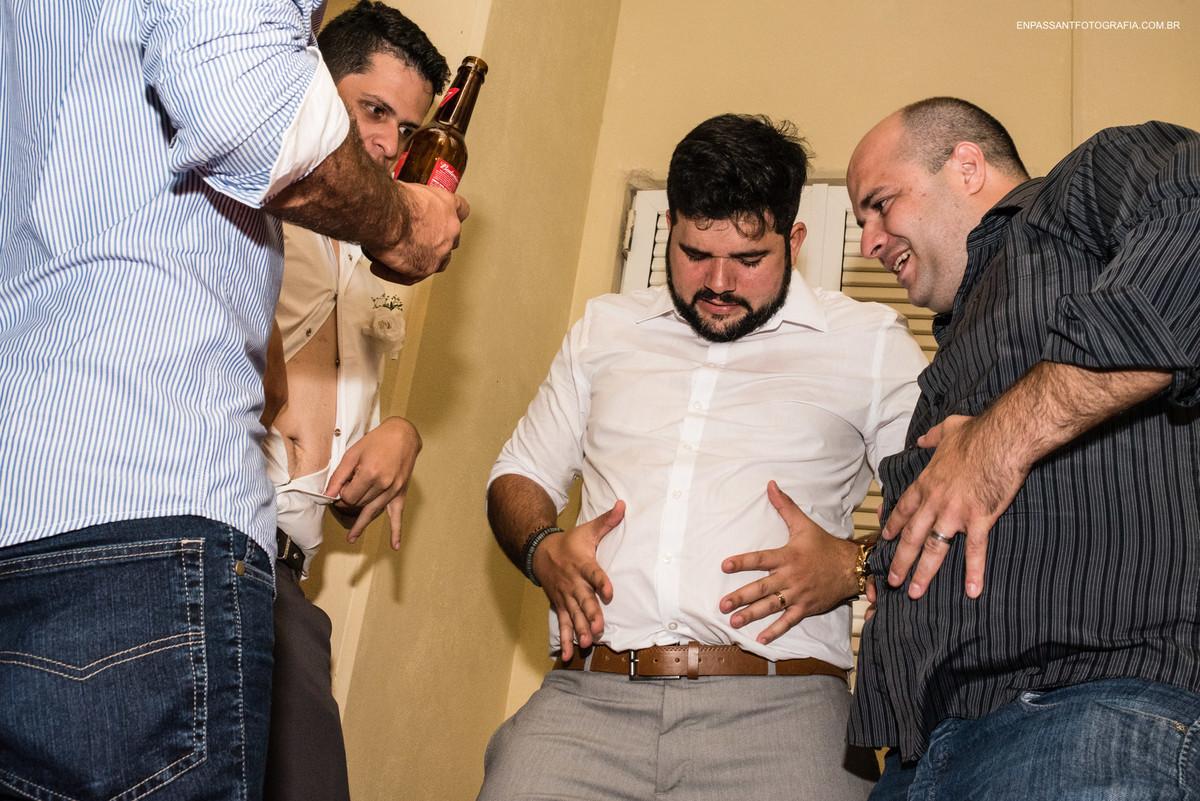 noivo e amigos mostrando a barriga