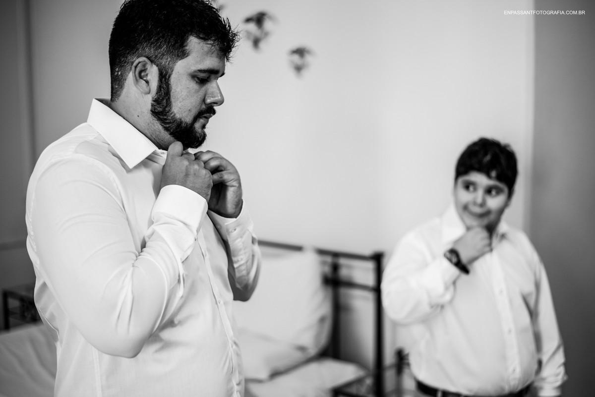 noivo se arruma enquanto filho olha