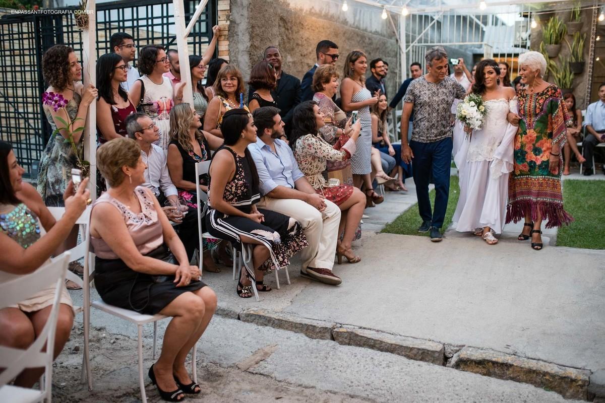 convidados olhando a entrada da noiva