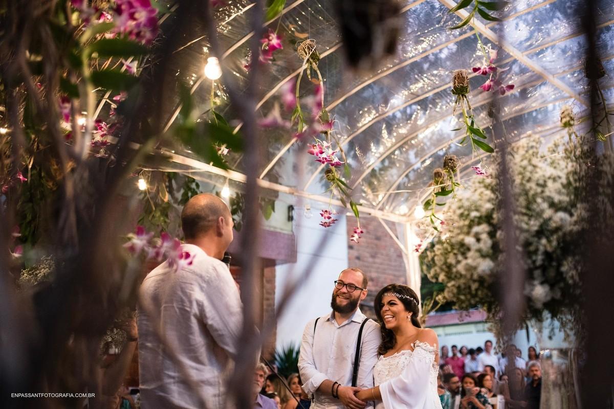 noivos sorrindo durante cerimônia