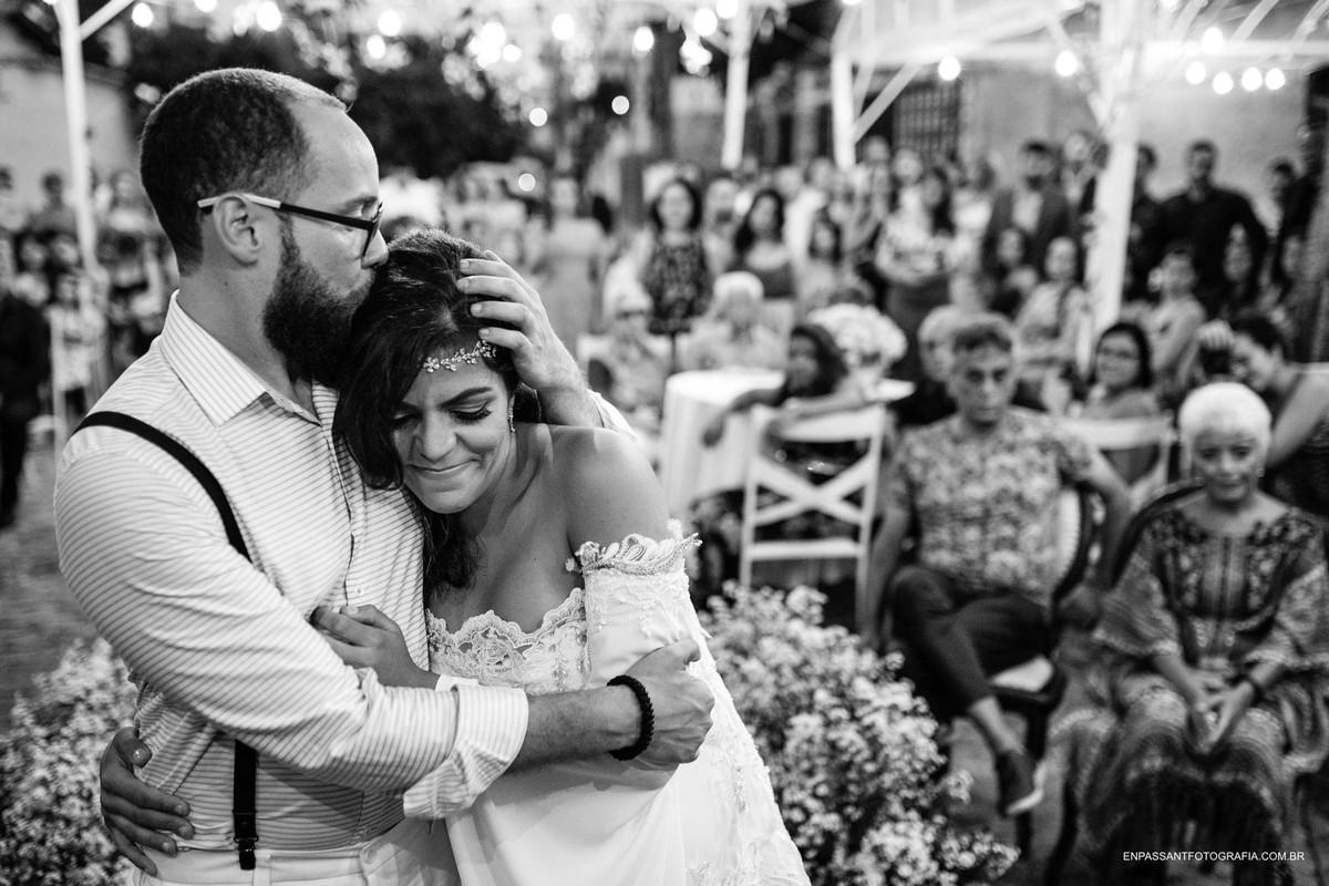noivo beijando cabeça da noiva