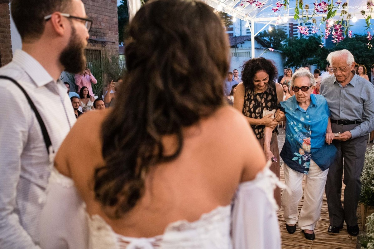 avó da noiva entrando