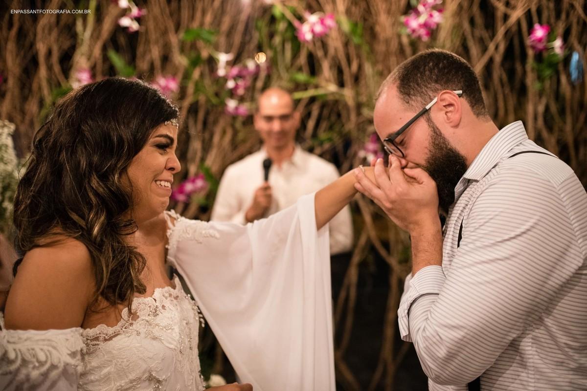 noivo beijando mão da noiva