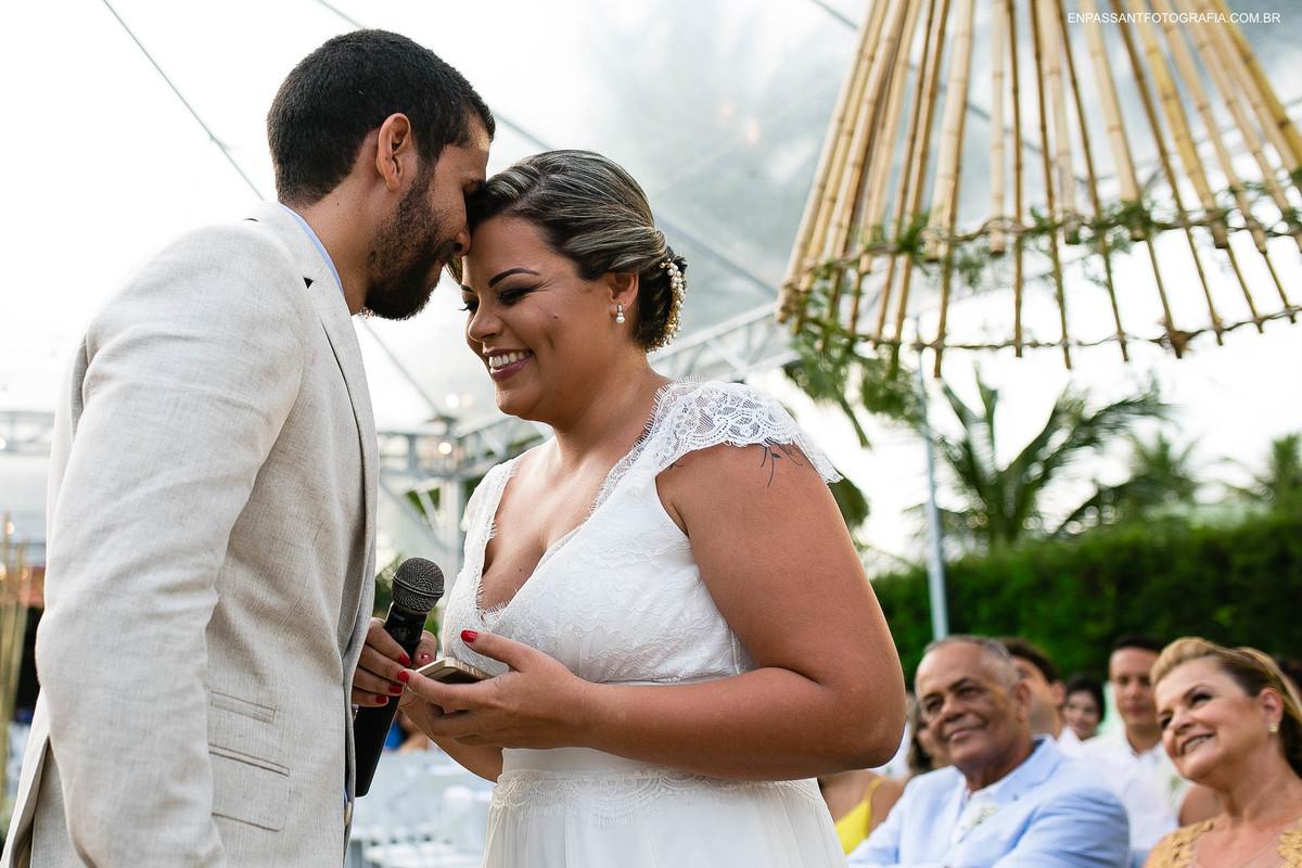noivo beijando testa da noiva