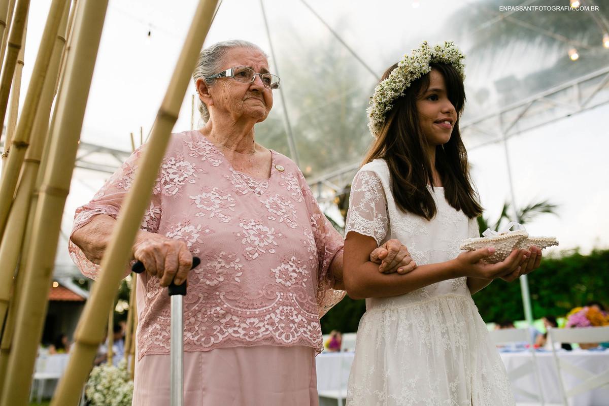 avó e neta entrando com alianças