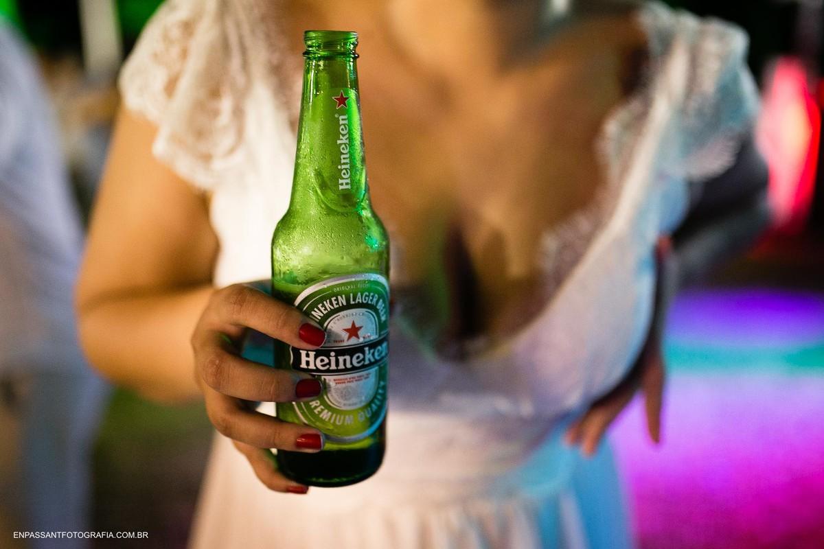 noiva segurando cerveja