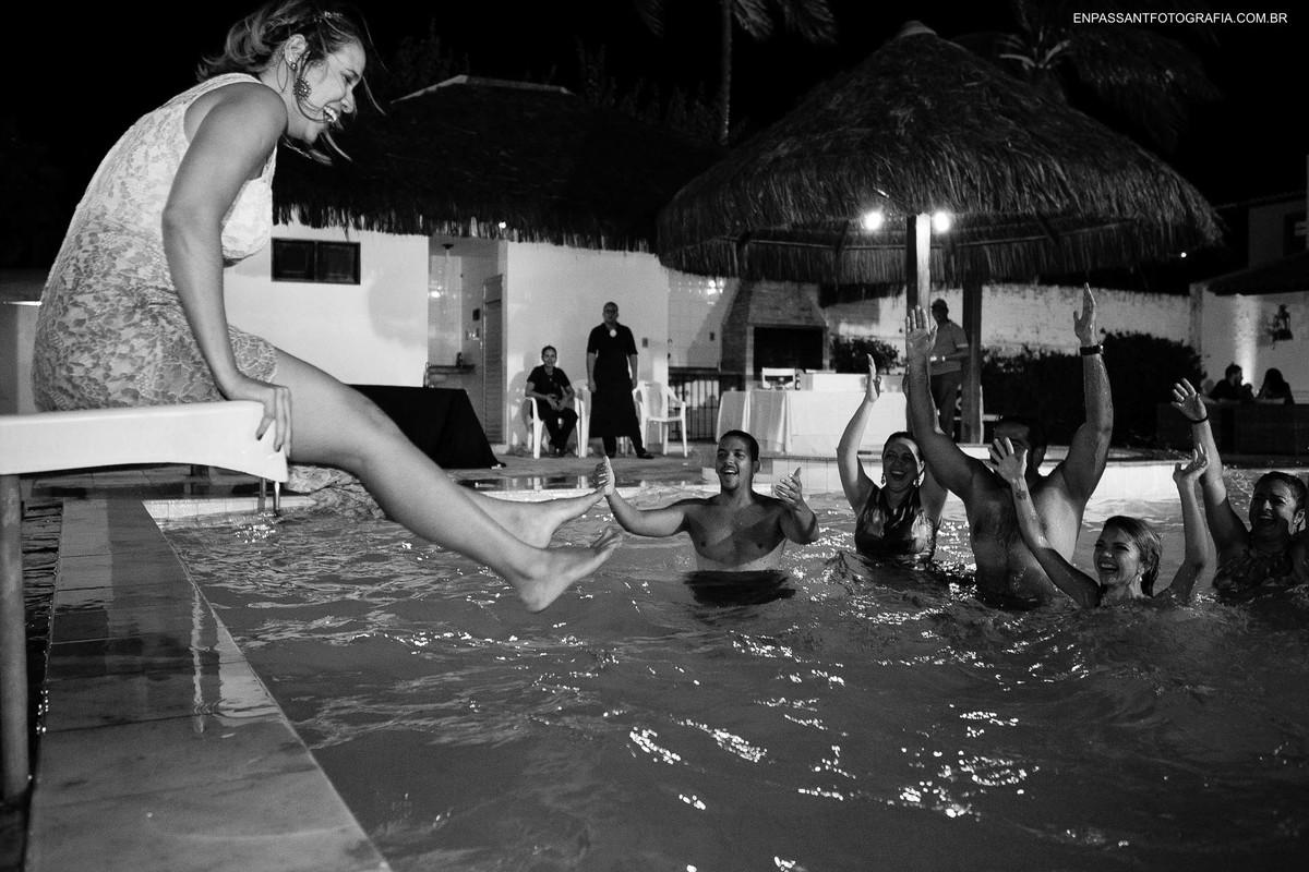 mulher pulando na piscina