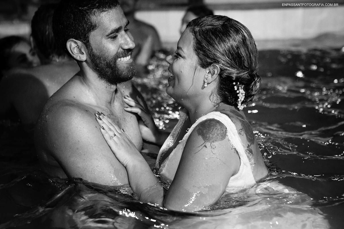 noivos abraçados na piscina